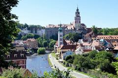 Blick auf Krumau an der Moldau - im Vordergrund die Kirche St. Jodokus - im Hintergrund das Schloss mit Schlossturm.