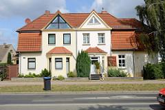 Architektonische Kontraste, Doppelhaus in der Lübschne Straße von Wismar; unterschiedliche Eingangsgestaltung und Dachausbau.