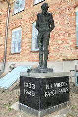 Skulptur / Plastik Der Gefesselte von 1980 - Denkmal für die Opfer des Faschismus; Bildhauer  Siegfried Krepp.