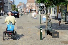 Fussgängerzone Algade in Roskilde - re. die Bank mit der  Skulptur der  Autorin Lise Nørgaard; aufgestellt 2010 - Künstlerin Mette Agerbæk.