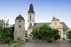 Blick auf die neobarocke Laurentiuskirche in Groß Strehlitz / Strzelce Opolskie, geweiht 1907. Lks. der historische Wehrturm, , der im 18. Jhd. zum Glockenturm umgebaut wurde.