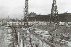 Der alte Petroleumhafen wurde ab der 1920er Jahre zum Südwesthafen umgebaut. Die Kaianlage des zukünftigen Togokais ist eine Baustelle. Rammen treiben Pfeiler als Unterkonstruktion des Hafenkais in den Untergrund.