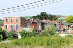 Wohnhäuser am Albert Kanal in Belgien / Oupey.