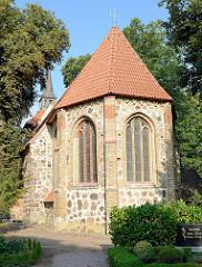 Rückseite der Sankt Johanniskirche in Kühlungsborn - der älteste Teil der Kirche wurde um 13. Jahrhundert aus Feldstein errichtet, der jetzige Kirchturm wurde um 1680 aus Holz errichtet.