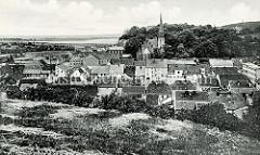 Historische Fotografie mit dem Blick auf die Dächer und die Nikolaikirche der Stadt Oderberg; im Hintergrund verläuft die Alte Oder.