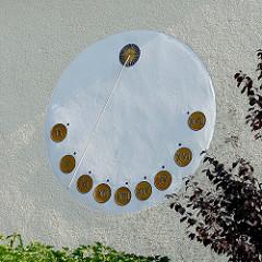 Sonnenuhr mit römischen Ziffern an einer Hauswand in der Strandstraße von Kühlungsborn.