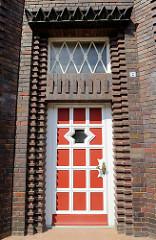 Detail Eingangstür mit Oberlicht der expressionistische Backstein-Architektur der Berufsfeuerwache in Wismar an der frischen Grube, errichtet 1928 - Architekt Arthur Eulert.