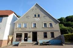 Altes Bäckereigebäude in der Berliner Straße von Oderberg. Die Fassade ist mit Blumengirlanden und Blumenkörben als Stuckrelief geschmückt in einer Brezel steht gegründet 1868.