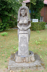 Holzskulptur aus Eichenholz - Meerjungfrau 2003, Bildhauer Uwe Dunkelmann; Grünanlage der Kirche zur Paulshöhe im Ostseebad Boltenhagen.