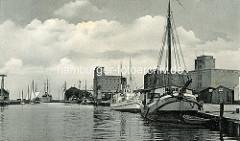 Altes Bild vom Hafen der Hansestadt Wismar,  Segelschiffe und das Ausflugsschiff Hindenburg liegen am Hafen Kai; im Hintergrund die Getreidespeicher - Kruse-Speicher,  Ohlerich-Speicher  sowie der Thormann-Speicher/Löwe-Speicher I.