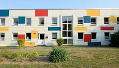 Wohnhaus/Flachbau mit farbigen Rechtecken an der Hausfassade in der Rudolf Breitscheid Straße von Wismar.