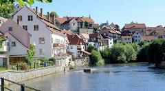 Wohnhäuser am Ufer der Moldau in der tschechischen Stadt Krumau/ Český Krumlov.