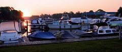 Sonnenaufgang, früher Morgen in der Marina  Oderberg an der Alten Oder; der Hafen und Wasserwanderrastplatz hat ca. 75 Liegeplätze und ein angeschlossenes Restaurant.