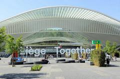 Bahnhofsvorplatz vom Bahnhof Liège-Guillemins - Entwurf Architekt Santiago Calatrava, fertig gestellt 2009.