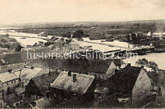 Historische Luftaufnahme von Oderberg, Blick über die Stadt zur Alten Oder auf der ein Schleppverband fährt.