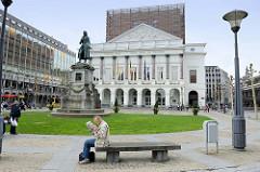 Blick zur Opéra Royal de Wallonie in Lüttich / Liège; klassizistische Architektur, 1820 eröffnet - Architekt Auguste Duckers.  Statue des Komponisten André Grétry - Bildhauer Guillaume Geefs.