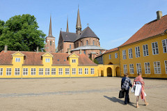 Palais von Roskilde; errichtet 1736 als Bischofssitz  und Aufenthaltsort der königlichen Familie. Jetzt auch Museum für Gegenwartskunst. Dahinter der gotische Dom,  1280 fertig gestellt - Backsteingotik; seit 1995 auf der UNESCO Liste der Weltkulture