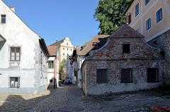 Schmale Gasse mit historischen Wohnhäusern in der Altstadt vo  Krumau an der Moldau / Český Krumlov.