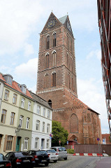 Kirche St. Georgen in Wismar; ihr Bau wurde 1295 begonnen und war das  Gotteshaus der Landesherren und der Handwerker von Wismar. Die Kirche steht als Teil der Wismarer Altstadt seit 2002 auf der Liste des UNESCO-Weltkulturerbes.