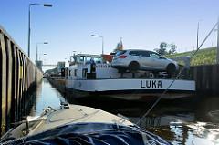 Das Binnenschiff Luka liegt in der Schleusenkammer der Hohensaatener Schleuse - auf dem Heck befindet sich das Kfz des Binnenschiffers. Die Schleuse Hohensaaten West verbindet die Havel-Oder-Wasserstraße.