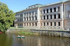 Historisches Schulgebäude am Ufer der Moldau in Krumau / Český Krumlov.