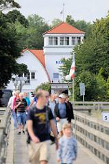 Seebrücke des Ostseebades Boltenhagen; die 290 m lange Brücke wurde 1992 eingeweiht. Im Hintergrund das Kurhaus, das im Jahr 2000 erbaut wurde.