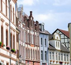 Giebel / Fassaden von denkmalgeschützten Wohnhäusern in der Lübschen Straße von Wismar.