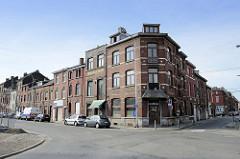 Schmale Wohnhäuser mit Geschäften / Hotel, Backsteinfassade an der Rue Général de Gaulle in Lüttich / Liège.
