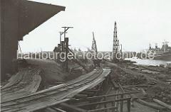 Der alte Petroleumhafen wurde ab der 1920er Jahre zum Südwesthafen umgebaut. Die Kaianlage des zukünftigen Togokais ist noch eine Baustelle. Provisorische Schienen sind auf Holzgerüsten verlegt.