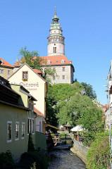 Blick zum Schloßturm in Krumau an der Moldau / Český Krumlov.
