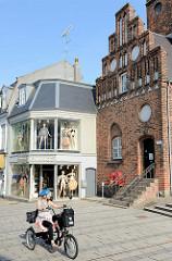 Neu + Alt, re. der Eingang zum neogotischen Backsteingebäude vom Rathaus in Roskilde, lks. ein Dessous-Geschäft in der Einkaufsstraße Skomagergade.