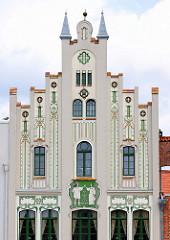 Historische, denkmalgeschützte Architektur am Markt in der Hansestadt Wismar Geschäfts und Wohnhaus mit aufwendiger Jugendstilfassade, unter anderem Nutzung als Restaurant und Café.