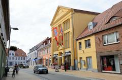 Historische Kaufhausarchitektur in der Schloßstraße von Bützow; das hohe Gebäude  steht als Baudenkmal der Stadt unter Denkmalschutz.