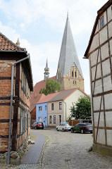 Blick zur Stiftskirche St. Maria, St. Johannes und St. Elisabeth in Bützow; Baustil norddeutschen Backsteingotik.
