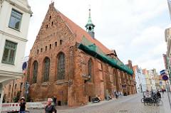Ansicht der Heiligen Geistkirche in der Lübschen Straße von Wismar; die Kirche war eine Spitalkirche, in der Kranke und Bedürftige versorgt und gepflegt wurden. Mit dem Bau der Kirche wurde nach 1320 begonnen.