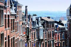 Fassaden von Wohnhäuser in Lüttich / Liège - im Hintergrund das Maas-Tal.