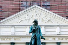 Tympanon von der Opéra Royal de Wallonie in Lüttich / Liège; klassizistische Architektur, 1820 eröffnet - Architekt Auguste Duckers. Ausschnitt der Statue des Komponisten André Grétry - Bildhauer Guillaume Geefs.
