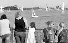 Aussichtplatz auf der Seebrücke Bad Wendor, Touristen blicken in die Richtung des Hafens der Hansestadt Wismar; Segelboote Segeln vor der Brücke.