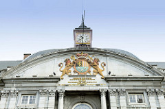 Giebel mit Wappen und Uhr am  Palast der Fürstbischöfe in Lüttich, jetzt Justizpalast und den Sitz der Provinzregierung