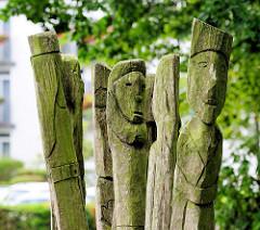 """Detail der Eichenholzskulptur """"Menschen im Sturm"""" vor der Kirche auf der Paulshöhe in Boltenhagen."""