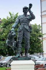 Jägerdenkmal auf dem Rathausplatz von    Groß Strehlitz / Strzelce Opolskie,  Entwurf 1929 von Peter Lipp.