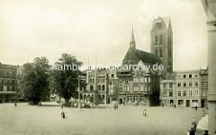 Historische Ansicht vom Platz Sankt Marienkirchhof auf die Sankt Marienkirche in der Hansestadt Wismar. Das Kirchenschiff wurde im Zweiten Weltkrieg schwer beschädigt und 1960 gesprengt, der Turm blieb  als Seezeichen erhalten.