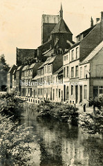 Alte Fotografie aus der Hansestadt Wismar, Blick über die  Wohnhäuser am Mühlenbach zur Sankt Nikolaikirche.