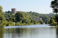 Blick von der Hohensaater - Friedrichsthaler Wasserstrasse auf die Ruine der Burg Stolpe. Von der mittelalterlichen Anlage ist nur noch die Turmruine übrig, die einen Durchmesser von 18 m hat und  ist damit der wahrscheinlich stärkste Bergfried.