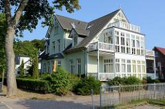 Villa, Wohnhaus mit angebauten Wintergarten und Balkons, am Karpfenteich im Ostseebad Kühlungsborn.