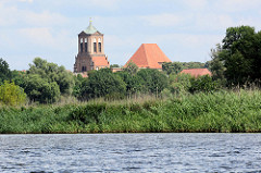 Blick über die   Hohensaaten-Friedrichsthaler Wasserstraße zum Kirchturm und Kirchenschiff  der St. Stephan. Die Kirche ist ein gotischer Backsteinbau, der im Zweiten Weltkrieg Teil zerstört wurde.