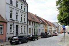 Wohnhäuser in der Mühlenstraße von Wismar; als historische Siedlungshäuser teilweise unter Denkmalschutz stehend.