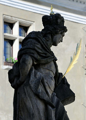 Sockel der Pestsäule  in Český Krumlov / Krummau; die korintische Säule wurde der Muttergottes gewidmet, die als  Mondsichelmadonna mit Kind auf der Spitze steht. Am Sockel sind wichtige Heilige des Böhmischen Königreichs dargestellt - hier Darstell