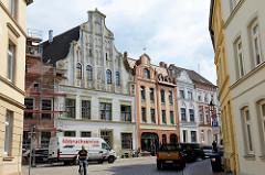 Historische Architektur der Hansestadt Wismar - denkmalgeschützte Wohnhäuser in der Bohrstraße.