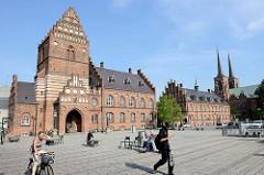 Altes Rathaus in Roskilde, es  wurde 1884 im gotischen Stil nach einem Entwurf des Architekten O. Momme erbaut. Rechts die Türme vom gotischen Roskilder Dom.